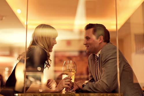 Što biste radili s osobom iznad, prikaži slikom - Page 24 City-Wine-Tour_couple-in-window