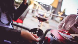 Vinski stav i držanje čaše
